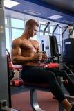 Męski athlet robi sportów ćwiczeń gym strzałowi Fotografia Stock