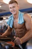 Męski athlet robi sportów ćwiczeń gym strzałowi Zdjęcie Stock