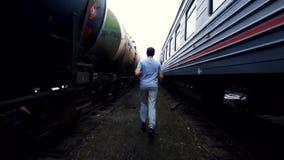 Męski atleta bokser biega wśród pociągów Obrazy Royalty Free