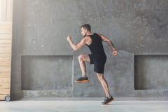 Męski atleta szybkobiegacza bieg, ćwiczy indoors fotografia stock