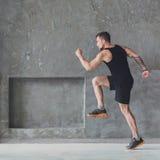 Męski atleta szybkobiegacza bieg, ćwiczy indoors obraz royalty free