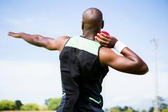 Męski atlety narządzanie rzucać strzał stawia piłkę obrazy stock