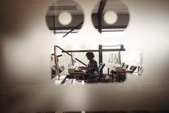Męski audio inżynier pracuje na cyfrowym edytorstwo ekranie zdjęcia stock