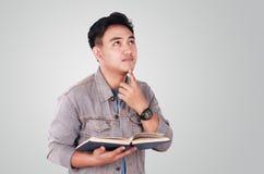 Męski Azjatycki Studencki główkowanie Podczas gdy Czytelnicza książka Obraz Royalty Free