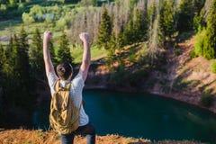 Męski backpacker z nastroszonymi rękami cieszy się widok obraz royalty free