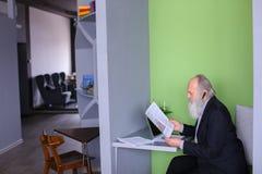 Męski bankowa lub pieniądze agent w starości rozwiązuje znacząco pracy issu Zdjęcia Royalty Free