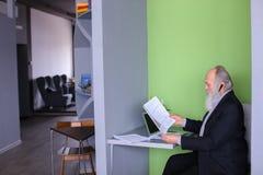 Męski bankowa lub pieniądze agent w starości rozwiązuje znacząco pracy issu Obraz Royalty Free