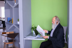 Męski bankowa lub pieniądze agent w starości rozwiązuje znacząco pracy issu Obraz Stock