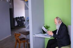 Męski bankowa lub pieniądze agent w starości rozwiązuje znacząco pracy issu Zdjęcie Royalty Free