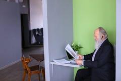 Męski bankowa lub pieniądze agent w starości rozwiązuje znacząco pracy issu Zdjęcia Stock