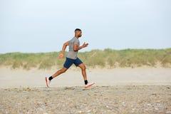 Męski biegacz ćwiczy na plaży Obrazy Stock