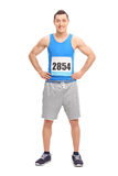Męski biegacz w błękitnym bydle z liczbą na jego klatce piersiowej Zdjęcie Royalty Free