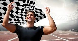 Męski biegacz z rękami w powietrzu na śladzie przeciw racom i w kratkę flaga Obraz Royalty Free