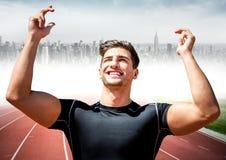 Męski biegacz z rękami w powietrzu na śladzie przeciw rozmytej linii horyzontu Obraz Royalty Free