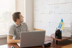 Męski Biurowy pracownik Sprawdza rozkład z laptopem Zdjęcie Royalty Free