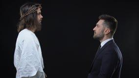 Męski biznesmena klęczenia puszka przód chwali boga Jezus, pyta przebaczenie zdjęcie wideo