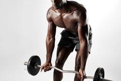 Męski bodybuilder ćwiczy z barbell Obrazy Royalty Free