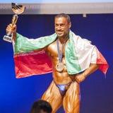 Męski bodybuilder świętuje jego mistrzostwa zwycięstwo na scenie Zdjęcia Royalty Free