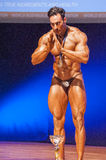 Męski bodybuilder świętuje jego mistrzostwa zwycięstwo na scenie Zdjęcie Royalty Free