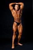 Męski bodybuilder napina jego mięśnie. Zdjęcia Stock