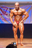 Męski bodybuilder napina jego mięśnie pokazywać jego budowę ciała Fotografia Royalty Free