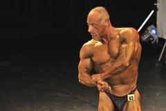 Męski bodybuilder robi klatki piersiowej pozie Zdjęcia Royalty Free