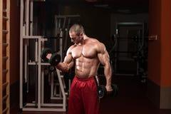 Męski Bodybuilder Robi Wagi Ciężkiej ćwiczeniu Dla bicepsów Fotografia Royalty Free