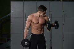 Męski Bodybuilder Robi Wagi Ciężkiej ćwiczeniu Dla bicepsów Obraz Stock