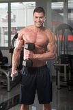 Męski Bodybuilder Robi Wagi Ciężkiej ćwiczeniu Dla bicepsów Zdjęcie Royalty Free