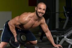 Męski bodybuilder robi wagi ciężkiej ćwiczeniu dla plecy Zdjęcie Royalty Free
