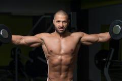 Męski Bodybuilder Robi Wagi Ciężkiej ćwiczeniu Dla ramion Zdjęcia Stock