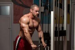 Męski Bodybuilder Robi Wagi Ciężkiej ćwiczeniu Dla Triceps Zdjęcie Royalty Free