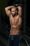 Męski Bodybuilder Robi Wagi Ciężkiej ćwiczeniu Dla Triceps Obraz Stock