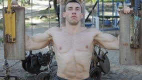 Męski bodybuilder trenuje jego ręki zdjęcie wideo