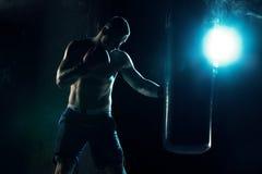 Męski boksera boks w uderzać pięścią torbę Fotografia Royalty Free