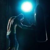 Męski boksera boks w uderzać pięścią torbę Fotografia Stock