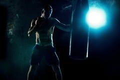 Męski boksera boks w uderzać pięścią torbę Obraz Stock