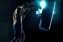 Męski boksera boks w uderzać pięścią torbę Zdjęcia Royalty Free