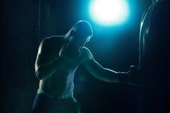Męski boksera boks w uderzać pięścią torbę Obrazy Stock