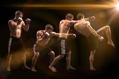 Męski boksera boks w uderzać pięścią torbę z dramatycznym zirytowanym oświetleniem w ciemnym studiu Obraz Royalty Free