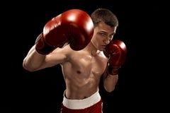 Męski boksera boks z dramatycznym zirytowanym oświetleniem w ciemnym studiu Obrazy Royalty Free