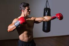 Męski boksera napadanie z jego lewicą w zdrowie klubie Zdjęcie Royalty Free
