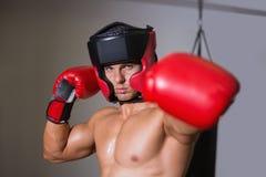 Męski boksera napadanie z jego lewicą w zdrowie klubie Zdjęcie Stock