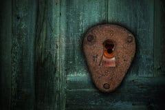 Męski brązu oko patrzeje przez keyhole Pojęcie strach zdjęcie stock