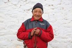 Męski Buddyjski pielgrzym Trzyma mocno Modlitewnych koraliki w świątyni, Bhutan Zdjęcie Royalty Free
