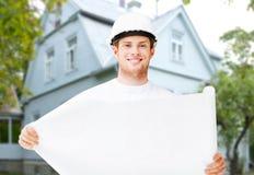 Męski budowniczy lub architekt w hełmie z projektem Fotografia Stock