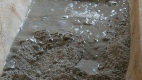 Męski budowniczy robi cementowi Mieszanki cementują glinę i wodę miesza wszystko, ja zbiory wideo