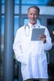 Męski chirurg trzyma cyfrową pastylkę Obrazy Stock