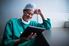Męski chirurg używa cyfrową pastylkę Zdjęcia Stock