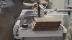 Męski cieśla używa samolot w woodworking woodshop zbiory wideo